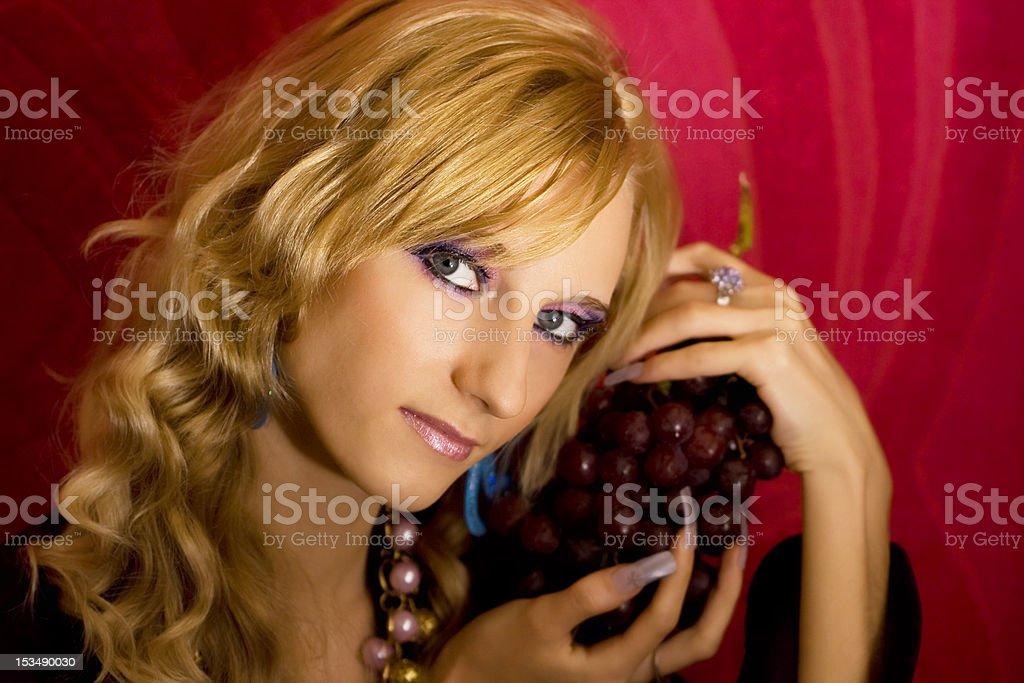 Jovem bonito Menina de loiro com uvas foto de stock royalty-free