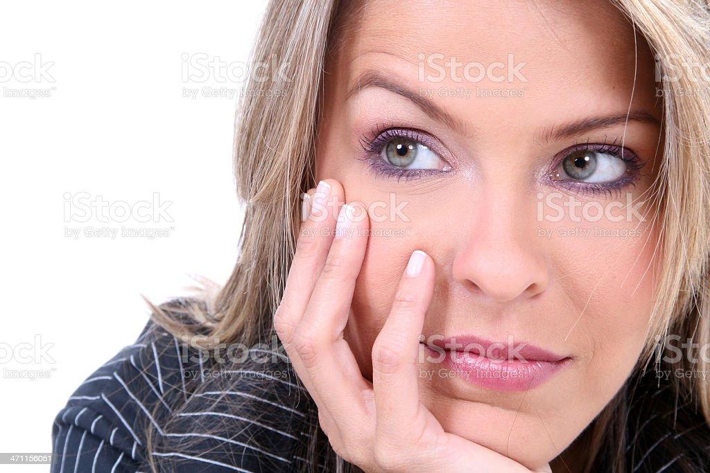 Pensamiento joven hermosa rubia - foto de stock