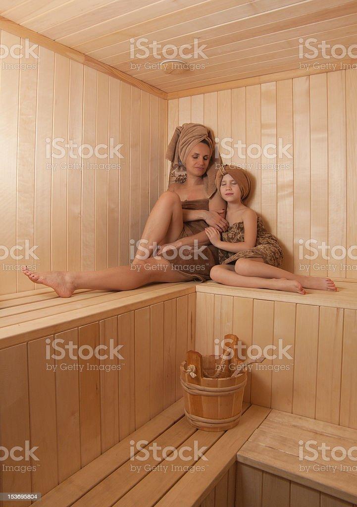 Junge schöne Frau entspannenden in der finnischen sauna. Lizenzfreies stock-foto