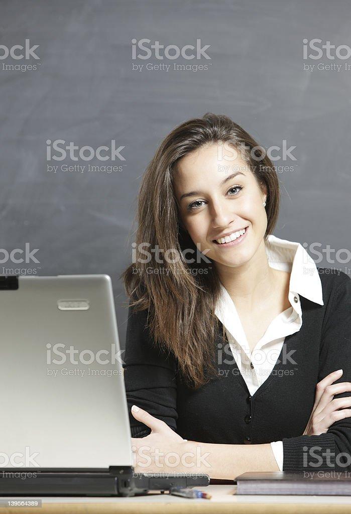 Jeune belle Femme avec ordinateur portable photo libre de droits