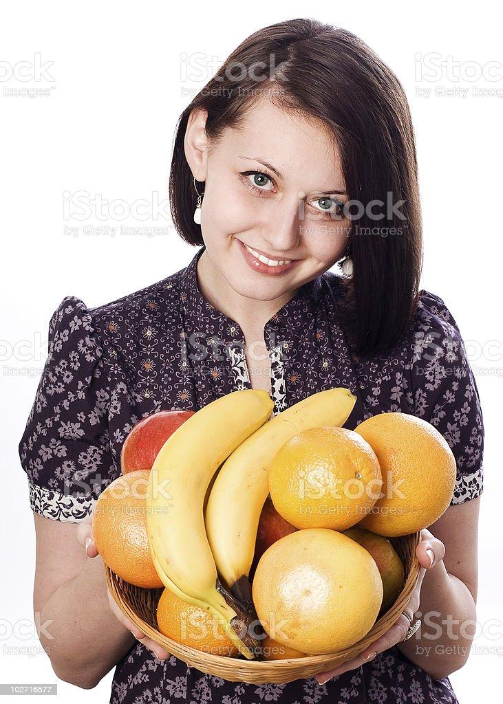 Belleza joven mujer en vestido violeta con diferentes frutas. foto de stock libre de derechos