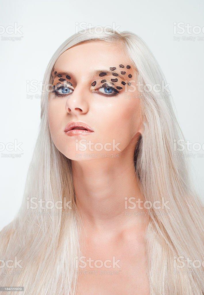 Joven rubia mujer con maquillaje de leopardo foto de stock libre de derechos