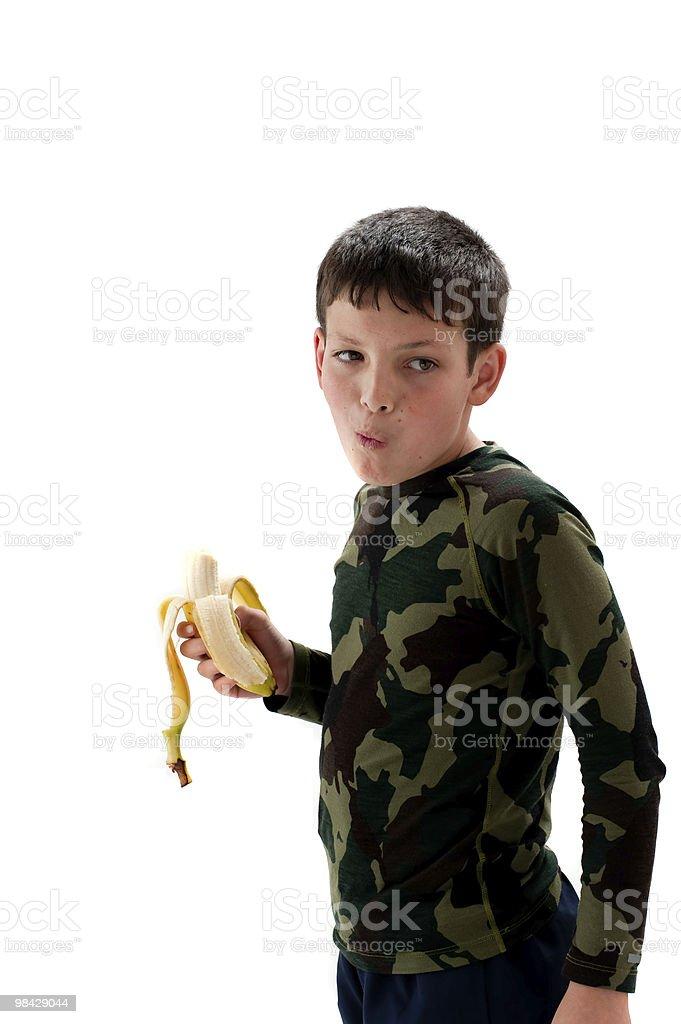 young boy comer un de tipo banana foto de stock libre de derechos