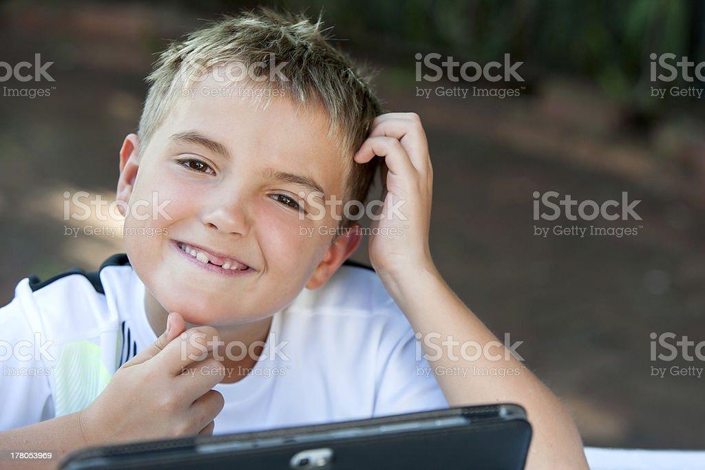 Jeune garçon étudiant toucher le menton. photo libre de droits