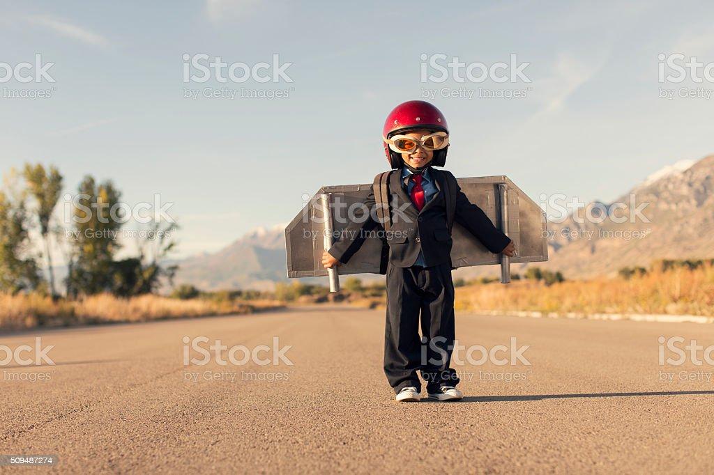 Jovem rapaz usando negócio de Terno e embalagem a jato Voa - fotografia de stock
