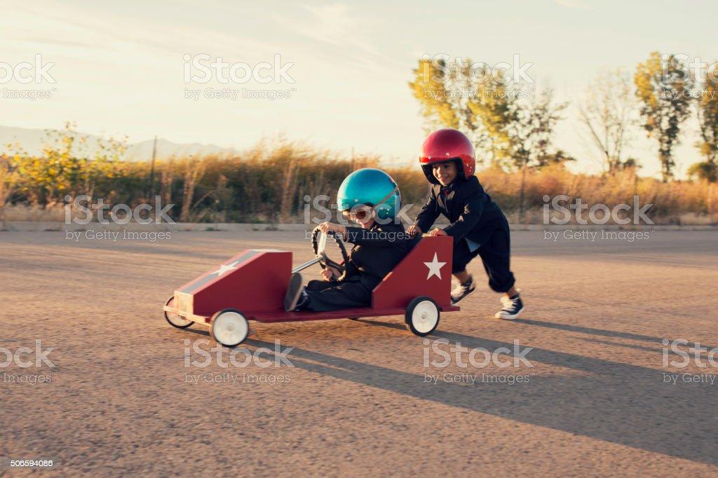 Jovens rapazes corrida de carro de Brinquedo de negócios - fotografia de stock