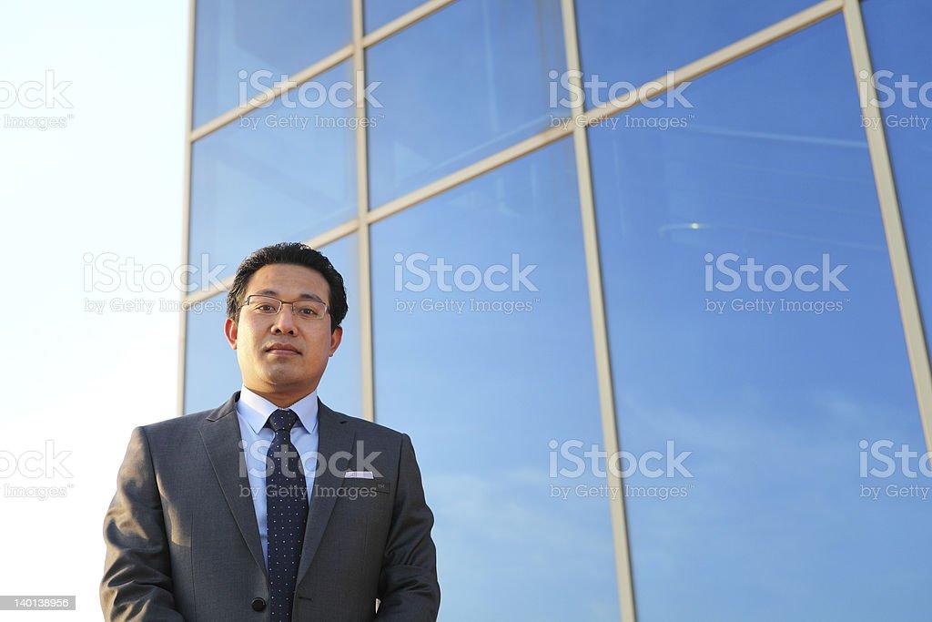 Junger Geschäftsmann front office Lizenzfreies stock-foto