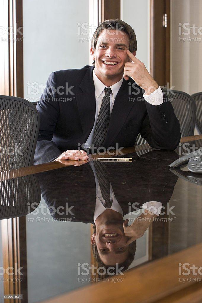 Joven empresario sonriendo en la sala de juntas foto de stock libre de derechos