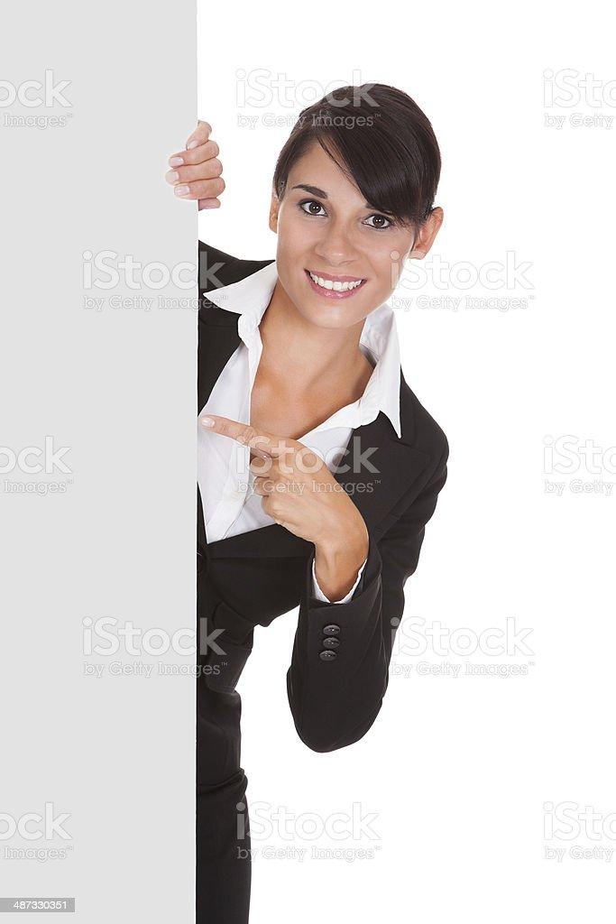 Mujer de negocios joven con cartel - foto de stock