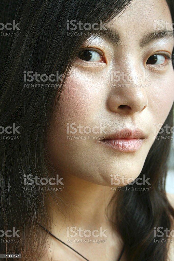 Giovane donna guardando la telecamera cinese foto stock royalty-free