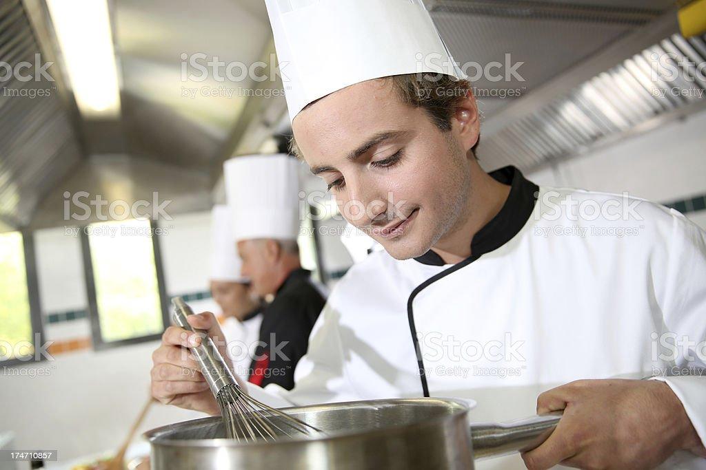 Koch bei der arbeit  Junger Koch - Bilder und Stockfotos - iStock