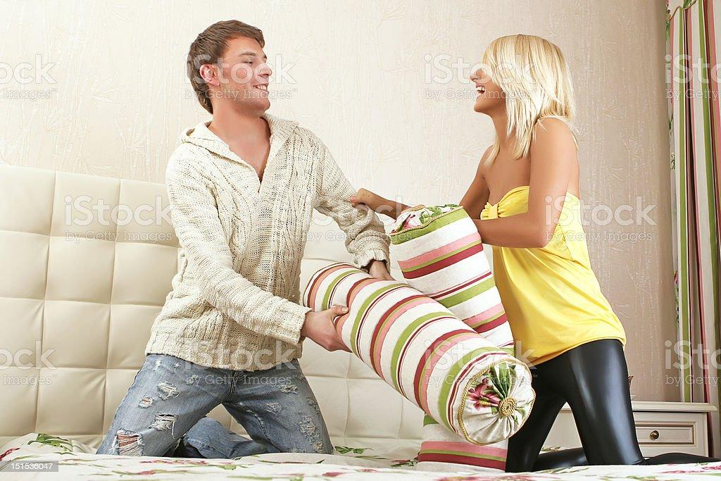 Jeune couple de combat avec des oreillers moelleux photo libre de droits