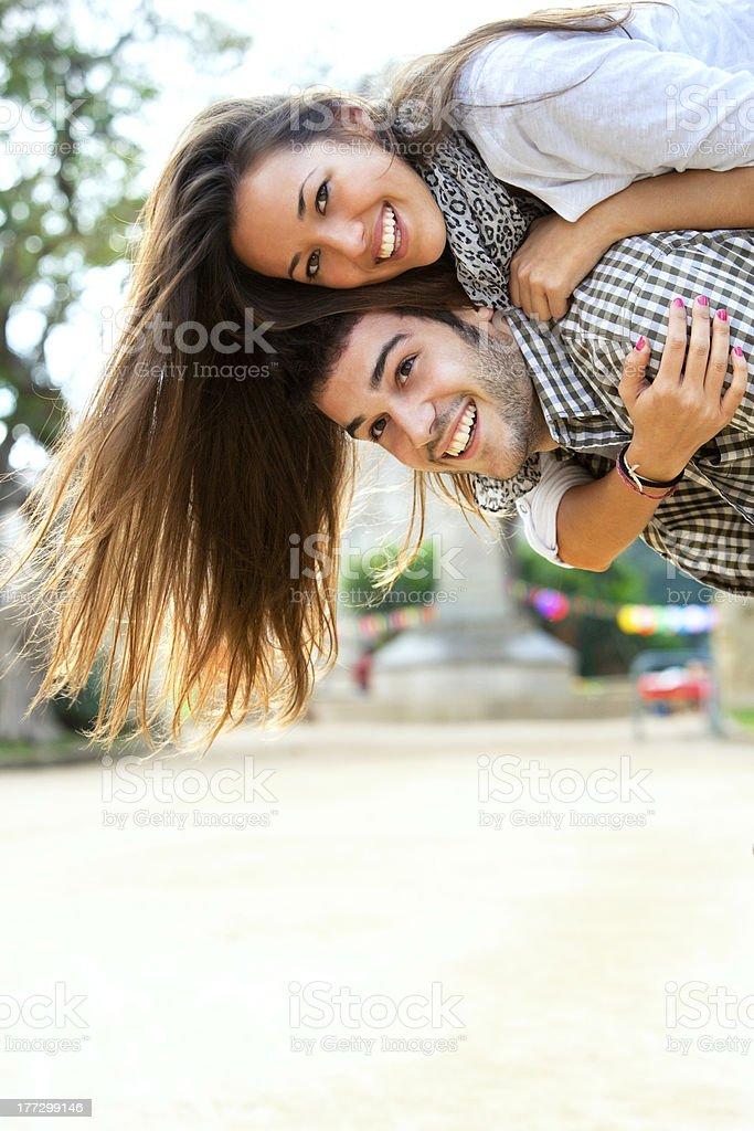Jeune couple ayant de bons moments en plein air. photo libre de droits