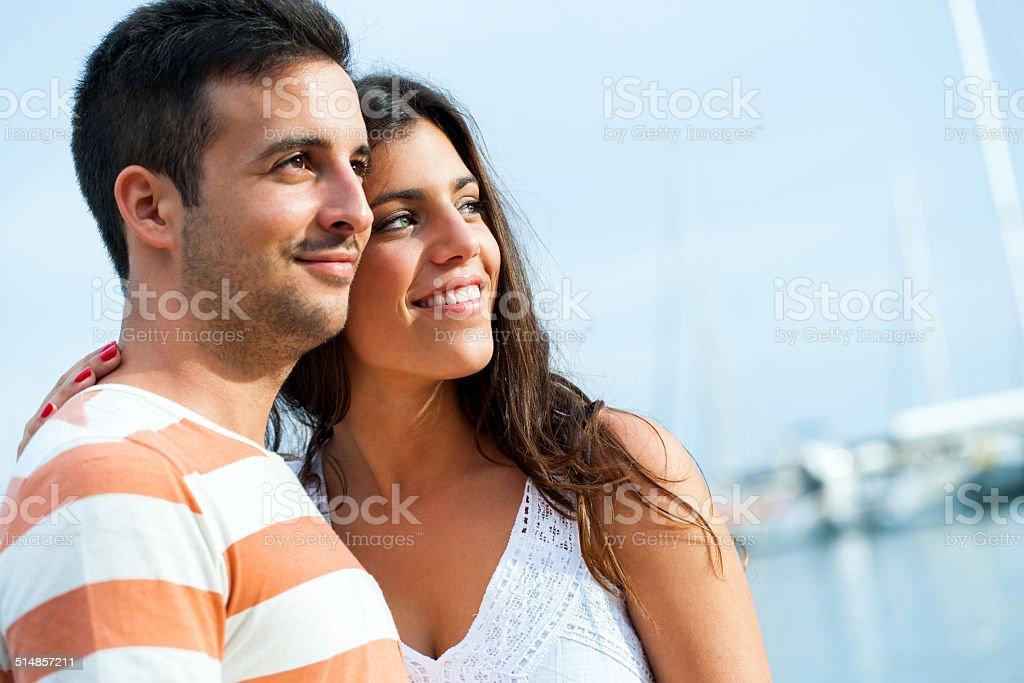 Jeune couple dans le port. photo libre de droits
