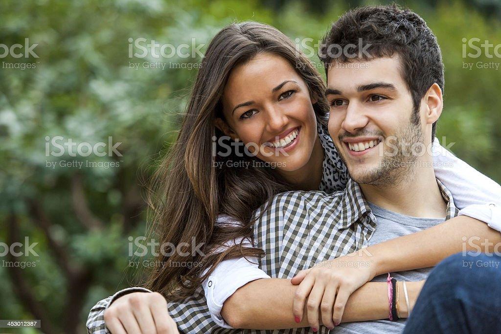 Jeune couple dans le parc. photo libre de droits