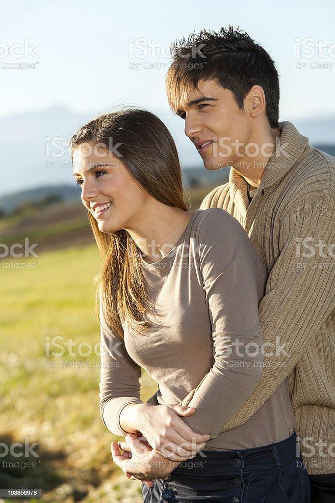 Jeune couple en plein air dans la campagne du terrain. photo libre de droits