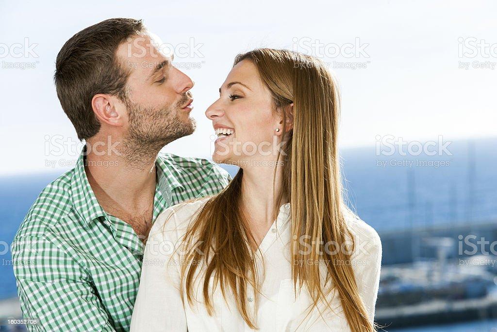 Jeune couple jouant autour de. photo libre de droits