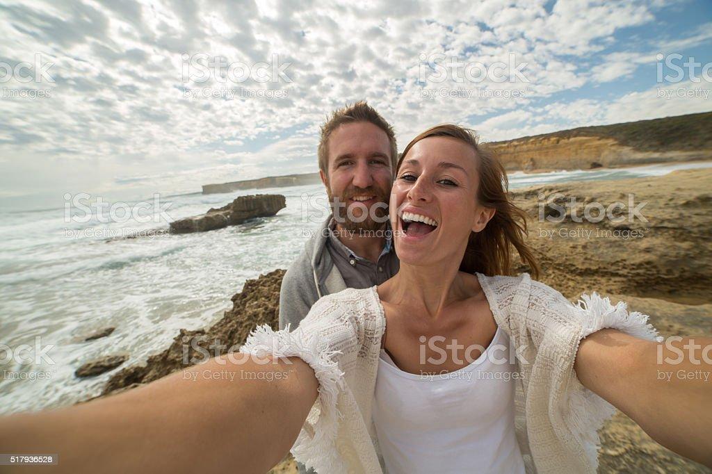 Junges Paar nehmen selfie-Porträt auf die Groß Ocean Straße – Foto