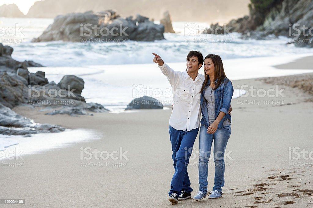 Jeune couple de détente sur le littoral. photo libre de droits