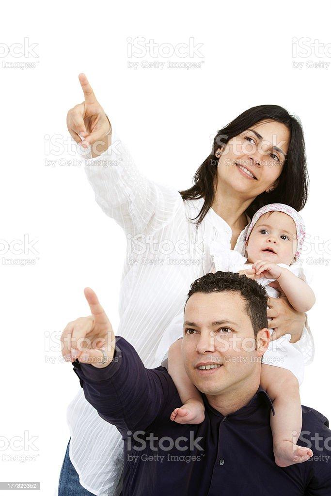 Jeune couple avec bébé pointant à l'espace de copie. photo libre de droits