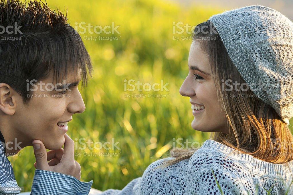 Jeune couple d'amoureux du visage expressif. photo libre de droits