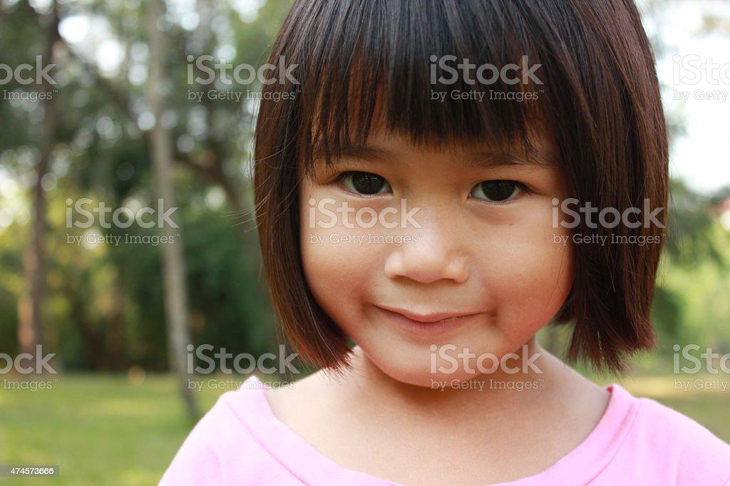 Junge hübsche Mädchen entspannend im park Lizenzfreies stock-foto