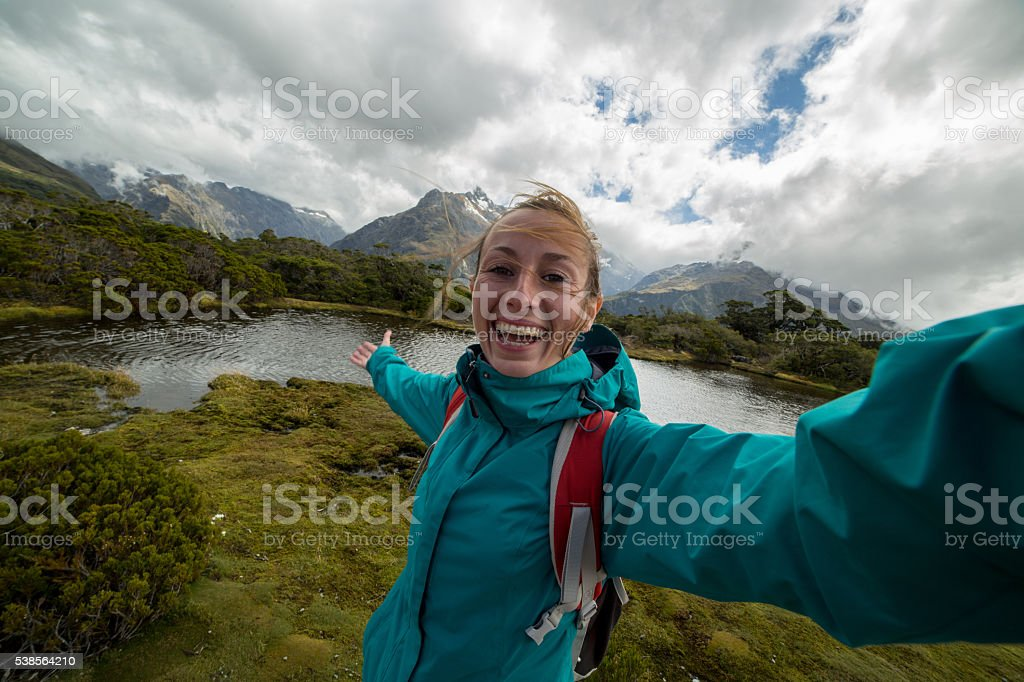 Junge Geschäftsfrau Wandern nimmt eine selfie-Porträt mit Berg See – Foto