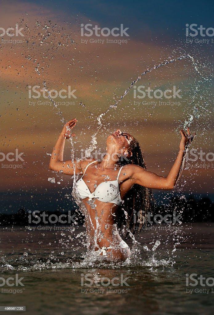 Молодая девушка позирует в воде  444617