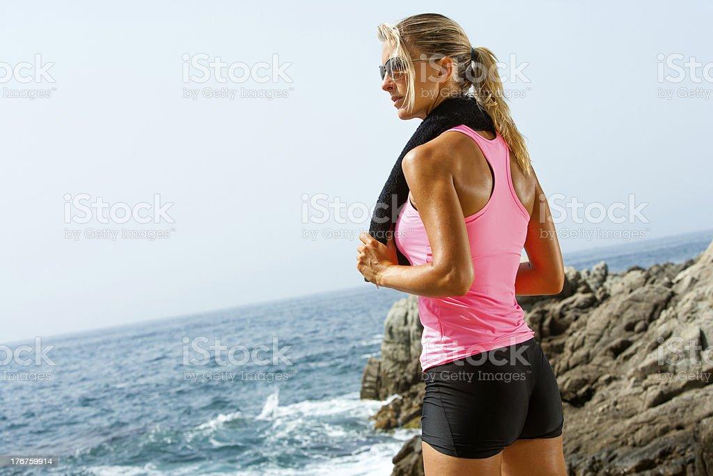 Jeune femme de remise en forme en bord de mer avec une serviette. photo libre de droits