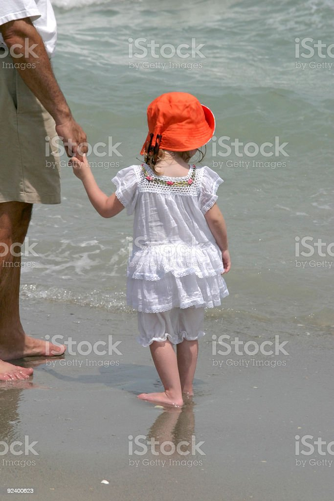 Jeune fille à la plage photo libre de droits