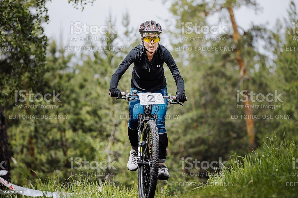 젊은 소녀 선수 자전거 타는 사람 통해 임산 타기 royalty-free 스톡 사진