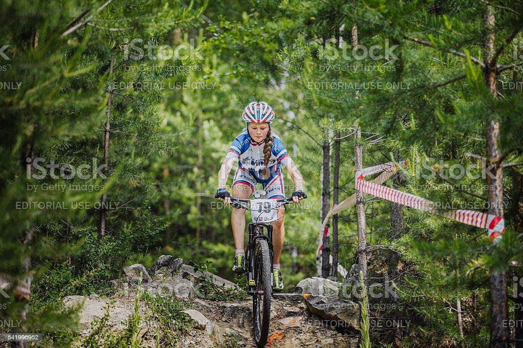 젊은 소녀 자전거 타는 사람 탑승형 그의 자전거 결석 임산 대한 royalty-free 스톡 사진