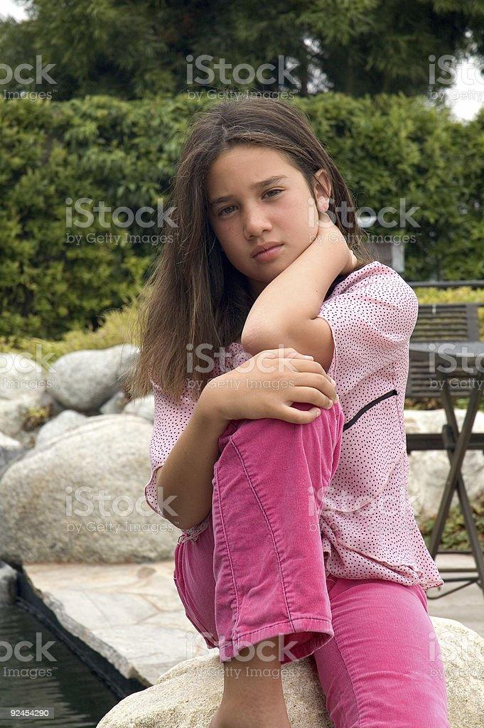 Giovane ragazza in una foresta vicino a un campeggio foto stock royalty-free