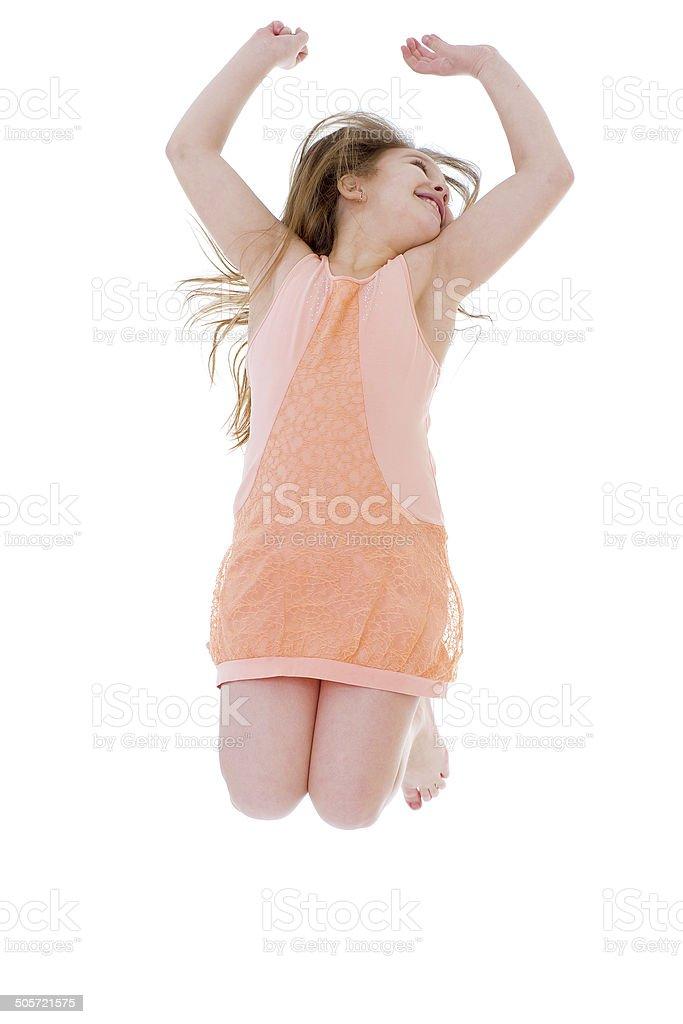 Jeune fille sauter sur les vacances. photo libre de droits