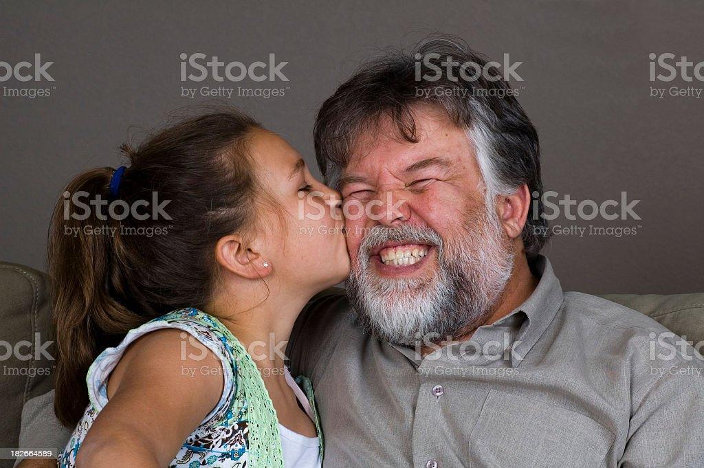 Giovane ragazza Baciare il suo papà foto stock royalty-free