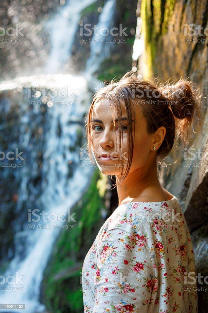 Jeune fille près de la cascade photo libre de droits