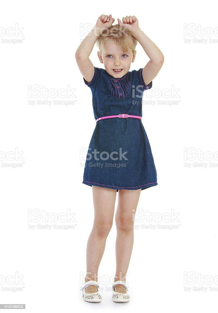 Jeune fille a soulevé ses mains photo libre de droits
