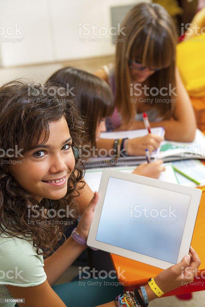 Tablette montrant jeune fille avec espace de copie. photo libre de droits