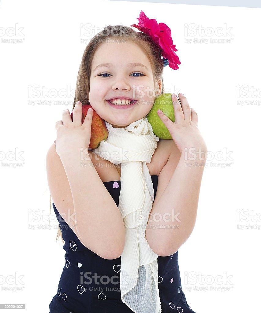 Jeune fille avec des pommes. photo libre de droits
