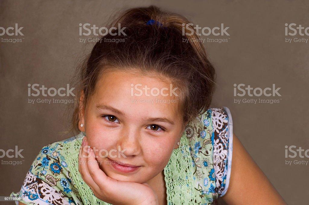 Giovane ragazza con il mento in mano foto stock royalty-free