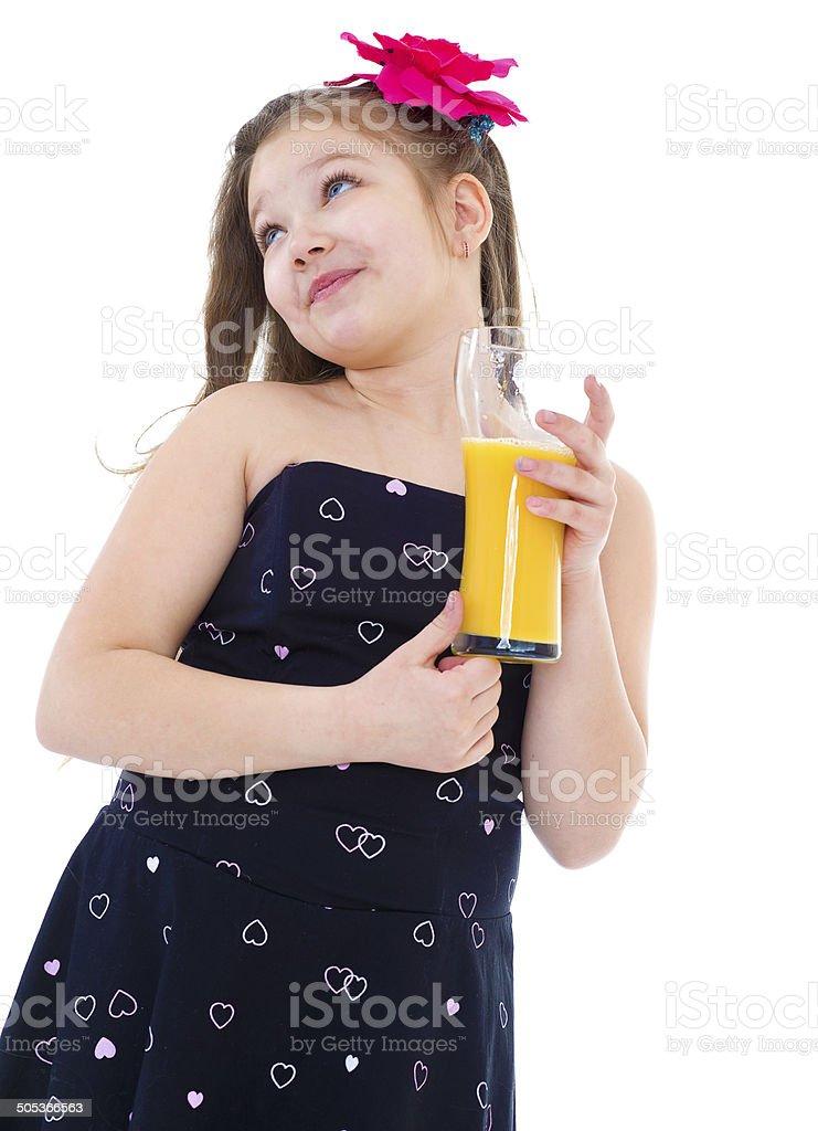 Jeune femme avec verre de jus d'orange. photo libre de droits