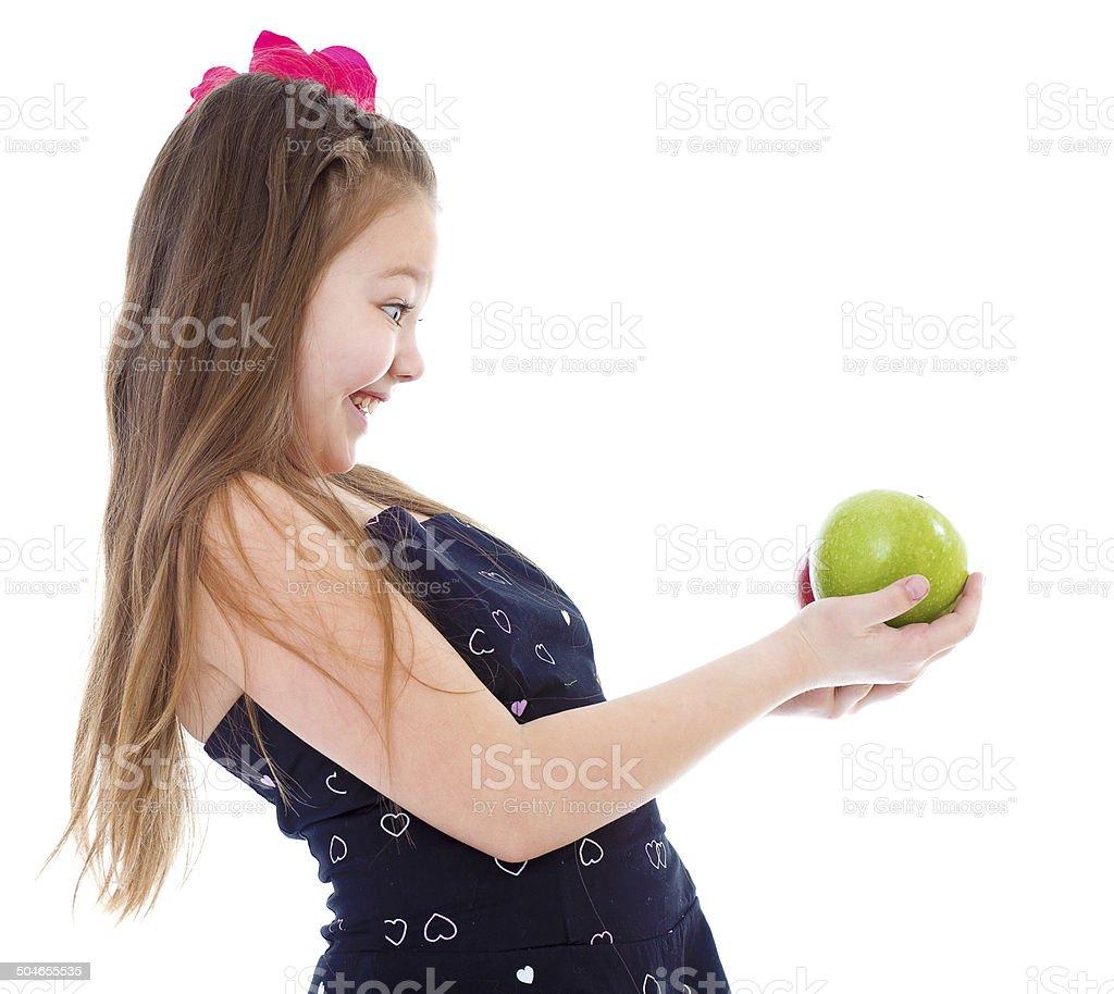 Jeune fille avec pomme verte. photo libre de droits