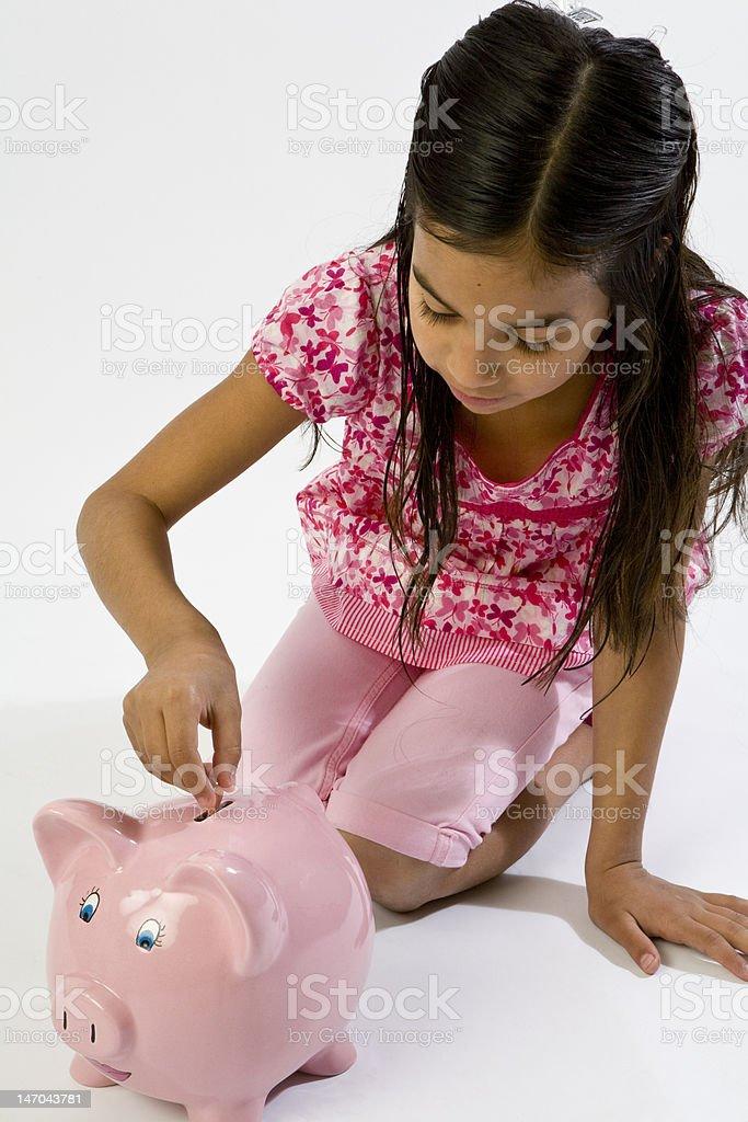 Giovane ragazza con Salvadanaio a porcellino foto stock royalty-free