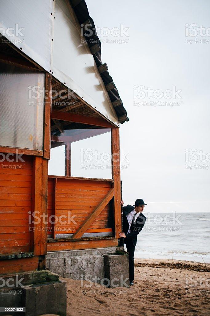 young guy sobre un fondo del mar foto de stock libre de derechos