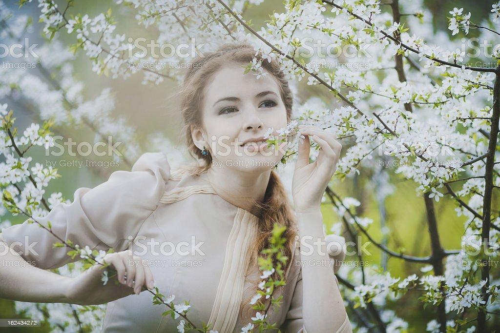Junge glückliche Frau im Frühjahr Lizenzfreies stock-foto