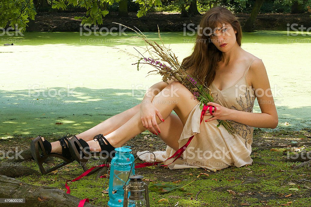 Giovane donna con fiori selvatici foto stock royalty-free