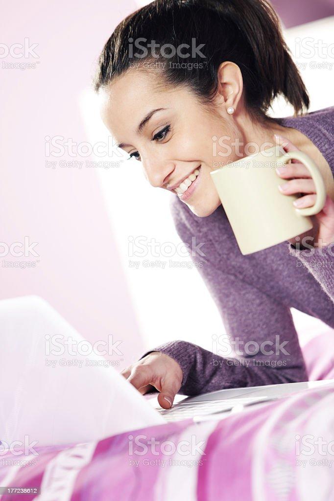 Jeune femme à l'aide d'un ordinateur portable photo libre de droits