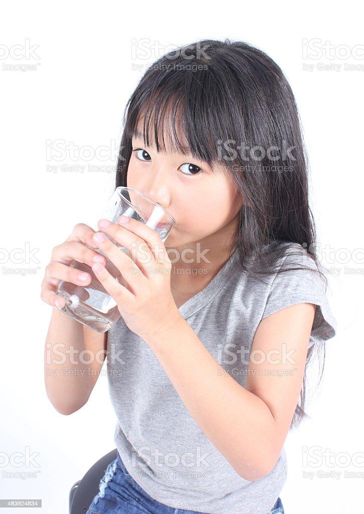 Junges Mädchen trinkt Mineralwasser. Lizenzfreies stock-foto