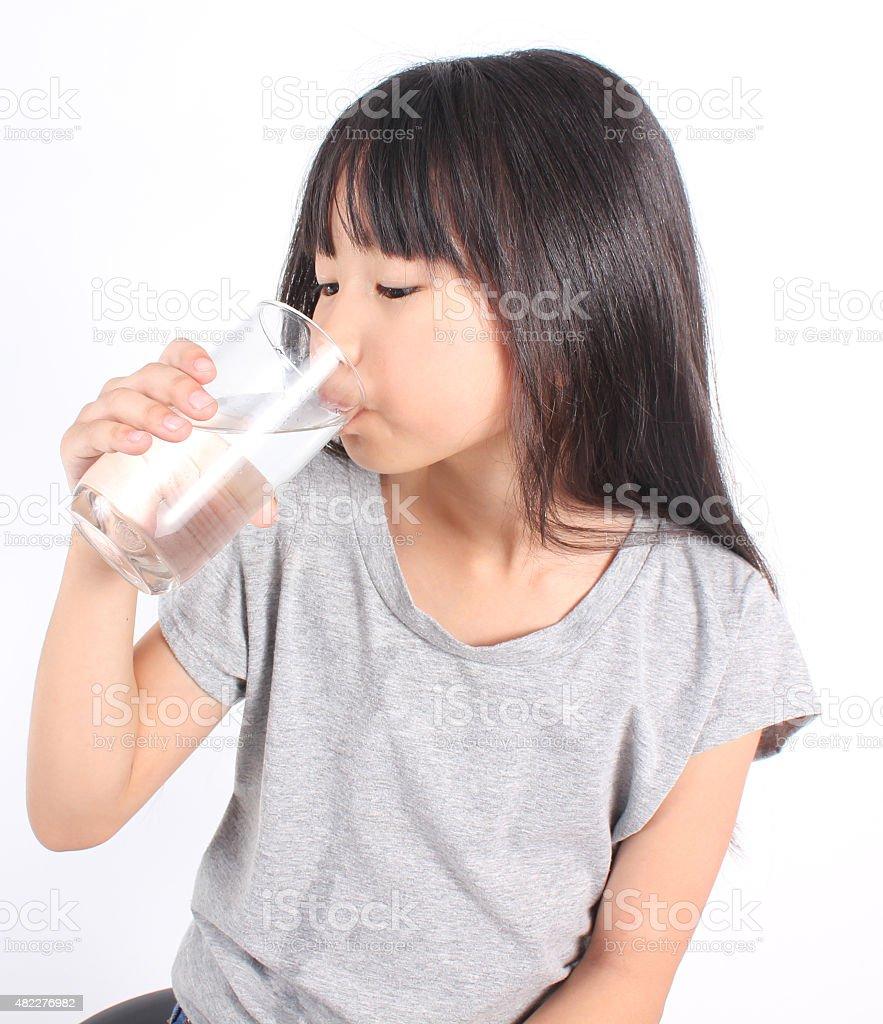 Junge Mädchen mit einem Glas Wasser. Lizenzfreies stock-foto
