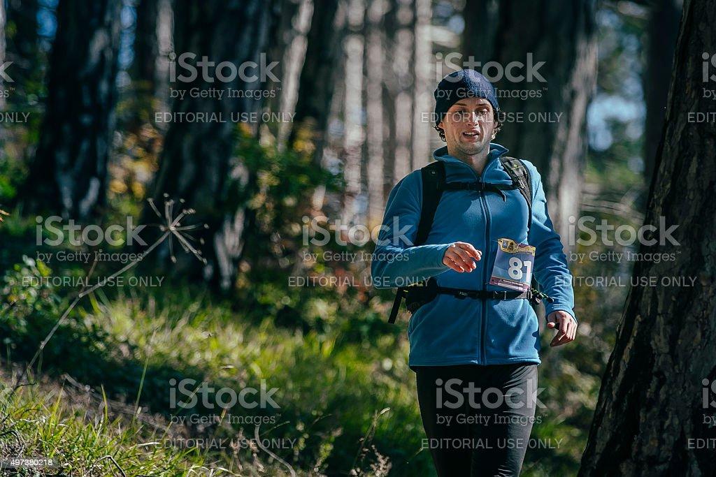 젊은 숫나사 러너 통해 흐르는 forest. 배경기술 트렁크 나무 royalty-free 스톡 사진